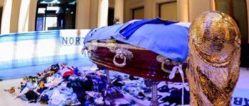 Con llantos y pasión, miles de argentinos despiden a Maradona