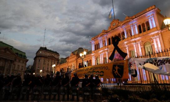 Velorio de Maradona se realiza en la Casa Rosada con miles de hinchas