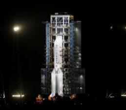 China lanza nave robot para traer muestras de la Luna